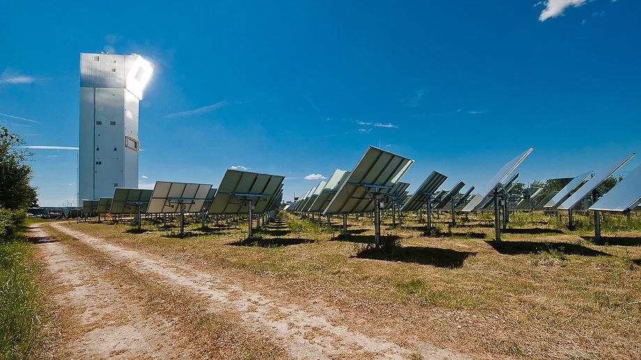 De technologie om zonnewarmte chemisch op te slaan, zal in de experimentele zonne-energiecentrale te Julich worden getest (foto: DLR).