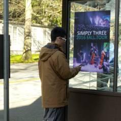 Onderzoekers gebruiken FM-radiosignalen om een poster in een bushalte in Seattle muziek en data naar een smartphone te laten sturen (foto: University of Washington).