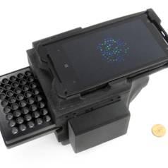 De detector op basis van een smartphone levert resultaten die vergelijkbaar zijn met die van veel duurdere laboratoriumapparatuur (foto: Dino Di Carlo / UCLA).