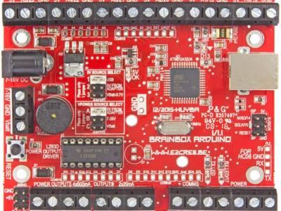 Bedien uw Brainbox AVR met een smartphone, na montage van een Bluetooth-HC06-dongle van drie Euro (in de rechter-onderhoek).