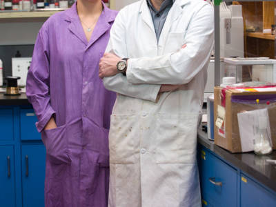 Promovendus Monika Stolar van de University of Calgary en professor Thomas Baumgartner maken deel uit van de groep binnen de Faculteit Scheikunde die werkt aan de ontwikkeling van op koolstof gebaseerde accu's. Foto: Riley Brandt, University of Calgary.